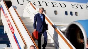 وزير الخارجية الأمريكي جون كيري في مطار فنوكوفو الدولي بالقرب من موسكو يوم 23 مارس اذار 2016. صورة لرويترز من ممثل لوكالات الانباء