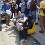 العشرات أمام وزارة التعليم يطالبون بتجديد عقود 36 ألف معلم