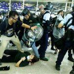 بالصور| اشتباك بين المحتجين والشرطة في مطار هونج كونج